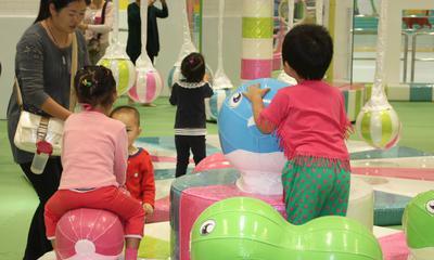 悠游堂儿童室内游乐园使用多个专门针对幼儿天性开发的精巧设备,为一