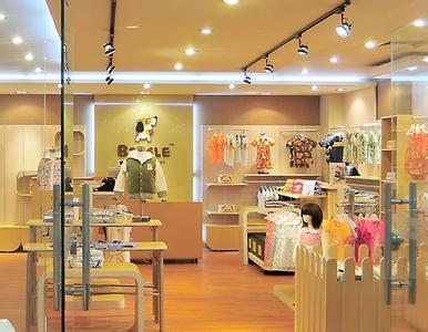 童装店装修的几个技巧:   不建议开个童装店还需要请人设计